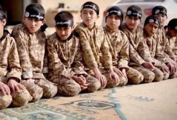 """Roma, 16 mar. (askanews) - La penuria di jihadisti adulti costringe il Califfato Islamico di ricorrere a piccoli combattenti. E' quanto scrive oggi sul suo sito on-line la tv satellitare al Arabiya che riporta la notizia data da attivisti siriani della """"morte in battaglia"""" di 16 combattenti minorenni dello Stato Islamico (Isis) durante gli ultimi scontri con le forze curde-siriane ad Hasaka, provincia nel nord-est della Siria. Secondo attivisti della """"Rete Siria"""" citati dall'emittente saudita """"per fare fronte alla mancanza di risorse umane che sta soffrendo a causa della fuga di un gran numero di militanti e dell'aumento del numero dei morti"""", l'organizzazione del califfato """"recluta i bambini pagando loro alti stipendi approfittando delle difficili condizioni finanziarie dei familiari"""". Minori che """"vengono addestrati in appositi campi per essere subito dopo inviati al fronte con altri combattenti"""", affermano sempre gli attivisti."""