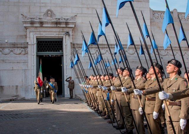 1 - Prelevamento della Bandiera di Guerra del reggimento logistico Sassari dal Sacrario delle Bandiere delle Forze Armate al Vittoriano di Roma (002)
