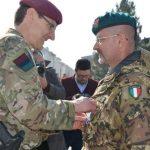 10. Il generale Hill consegna la medaglia NATO al generale Parmiggiani (002)
