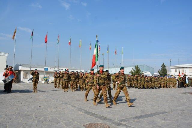 9. La bandiera di guerra del Reggimento lagunari Serenissima nel luogo della cerimonia (002)