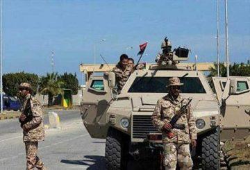 """Roma, 6 giu. (askanews) - """"Grande avanzata"""" delle forze che fanno capo al governo di unità nazionale libico che pur con """"pesanti perdite umane"""" sono riuscite ad conquistare una caserma militare che dista appena 20 chilometri a sud-est di Sirte, roccaforte del Califfato sulla costa settentrionale del Paese Nordafricano: Lo riferiscono media locali. Secondo quando scrive sul suo sito on-line la tv Libya Channel il comando delle operazioni """"al Bunian al Marsus"""" (dall'arabo """"Struttura Solida"""" come viene denominata l'operazione per la liberazione di Sirte) del governo di unità nazionale """"dopo violenti combattimenti con gli elementi del gruppo terroristico, le nostre forze hanno preso sotto il controllo la caserma militare nota (all'epoca di Gheddafi) come 'La Brigata al Saadi' nella zona di Abu Hadi"""" che si trova a 20 chilometri a sud-est di Sirte. Secondo fonti militari """"la presa di questa sede apre lo spazio per il controllo della strada che collega l'entroterra con il centro di Sirte"""". Di """"grande avanzata"""" verso Sirte ma anche di """"dolorose perdite"""" parla l'inviato degli Stati Uniti in Libia, Jonathan Winer citato dal sito news locale al Wasat. In un tweet postato sul suo account stamane, l'inviato americano ha scritto che """"le operazioni militari contro l'Isis in Libia sono riuscite a tagliare le vie dei rifornimenti a est come a ovest e sud della città di Sirte"""". Secondo al Wasat il pronto soccorso dell'ospedale di Misurata ha ricevuto ieri sera il corpo di tre militari uccisi nei combattimenti vicino a Sirte oltre ad una ventina di feriti."""