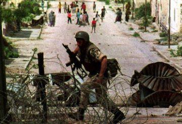 "MOGADISHU, SOMALIA: An U.N. soldier runs towards a U.N. checkpoint 08 July 1993, near ""villa Somalia,"" the residence of ex-Somali dictator Syad Barre. A U.N. spokesman denied reports 08 July that 2,00 extra U.S. troops had been deployed in Somalia. (Photo credit should read ERIC CABANIS/AFP/Getty Images)"