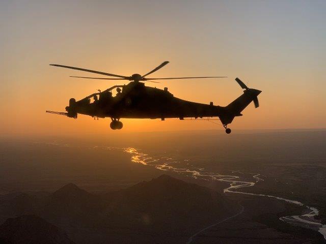 2. Elicottero AH 129 in attività (002)