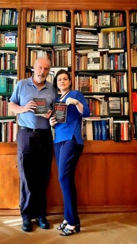 noi con libro biblioteca (002)
