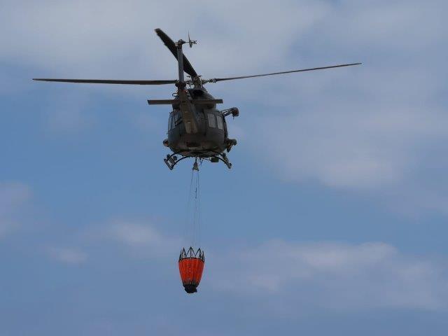 3 Elicottero HH-412 EI con benna antincendio al gancio baricentrico (002)