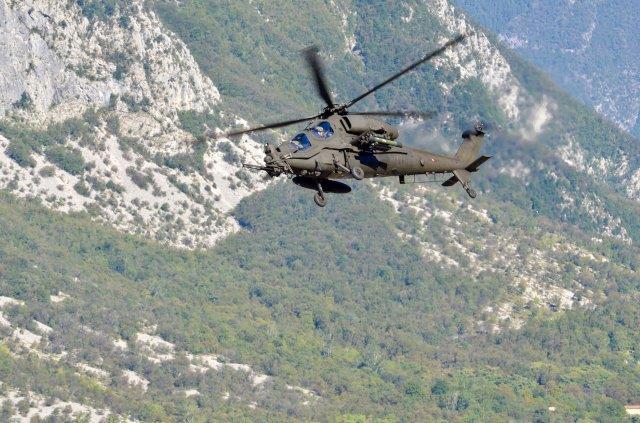 14 - AH-129D durante un momento dell'esercitazione (002)