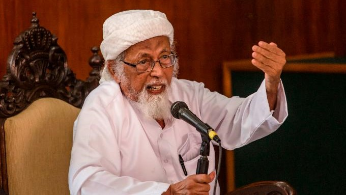 CILACAP, CENTRAL JAVA, INDONESIA - JANUARY 26: Radical cleric Abu Bakar Bashir talks at the Cilacap District Court on January 26, 2016 in Cilacap, Central Java, Indonesia. Bashir, also regarded as the spiritual leader of militant Islam in Indonesia, appeared in court on Tuesday seeking an early release from jail. (Photo by Ulet Ifansasti/Getty Images)