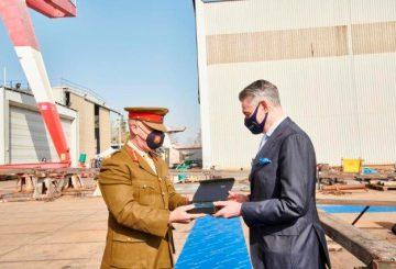 brigadiere Jeffrey Curmi comandante delle forze armate e Luigi Duò Cantiere Navale Vittoria (002)