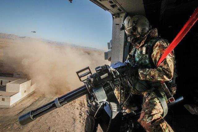 1 FOTO APERTURA A bordo di un NH-90 in avvicinamento al punto di recupe.._ (002)