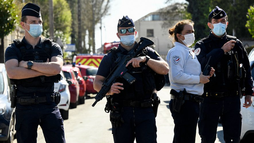 French police officials block off a street near the police station in Rambouillet, south-west of Paris, on April 23, 2021, after a woman was stabbed to death. - A woman was stabbed to death at police station in Rambouillet near Paris after an attack by a Tunisian man who was shot dead according to police sources. (Photo by Bertrand GUAY / AFP)
