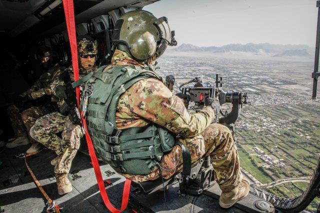 UN mitragliere durante l'avvicinamento dell'elicottero al punto di recup.._ (003)