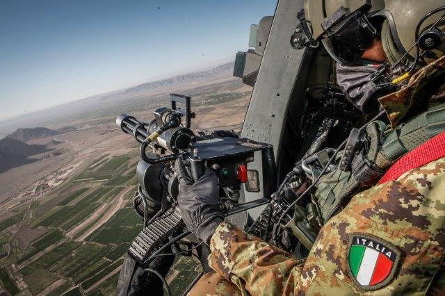 UN mitragliere durante l'avvicinamento dell'elicottero al punto di recup.._ (004)