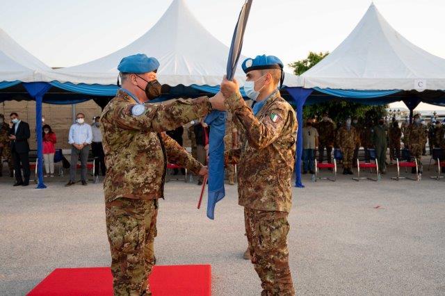 Il Gen. B. Lagorio riceve la Bandira dell'ONU (002)