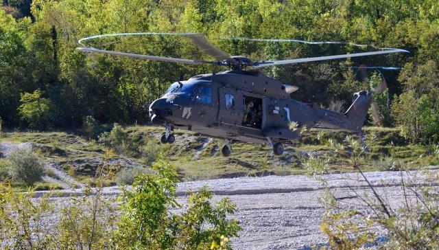 12 - UH-90 in fase di atterraggio a per permettere lo sbarco della fanteria aeromobile (002)