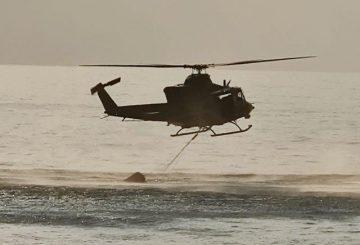 Foto 3. 1 HH-412 del 2 Sirio in fase di prelevamento acqua nel mare (002)
